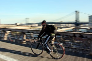 2008-10-24 (ciclista a Brooklyn bridge)